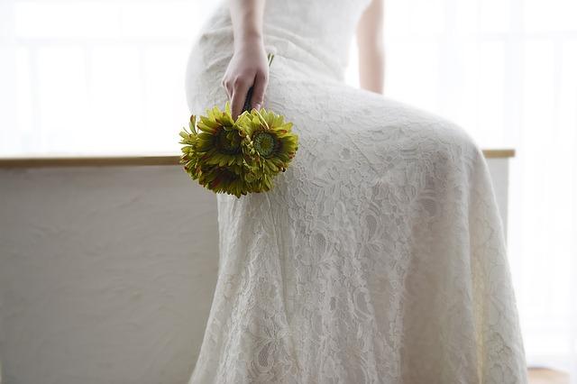wedding-dresses-1203008_640